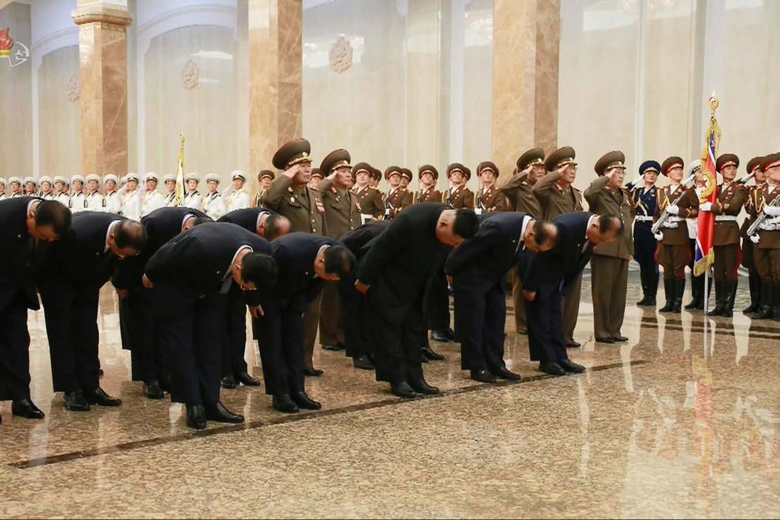 North Korea, Pyongyang: North Korean leader Kim Jong-un (C) bows with officials at the Kumsusan Palace of the Sun in Pyongyang to pay tribute to his grandfather and North Korea's founder, Kim Il-sung, on the occasion of the 26th anniversary of the former leader's death. Photo: -/YNA/dpa