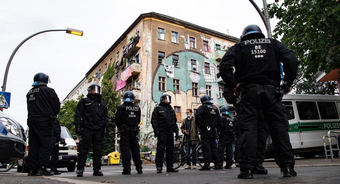 Berlin: German police officers stand at Rigaer Street, during a raid to search several apartments. Photo: Paul Zinken/dpa