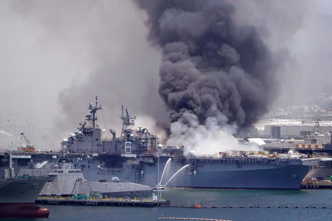 Smoke billows out of the the US Navy amphibious assault ship USS Bonhomme Richard at Naval Base San Diego during after a fire that broke out in the ship. Photo: K.C. Alfred/dpa.
