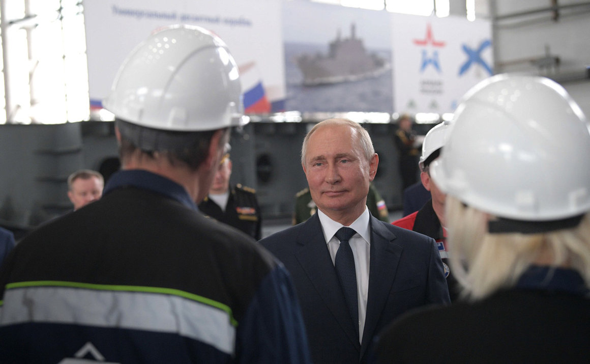 Russian President Vladimir Putin speaks with employees of the Kerch's Zaliv shipyard during his trip to Crimea. Photo: Kremlin/dpa.