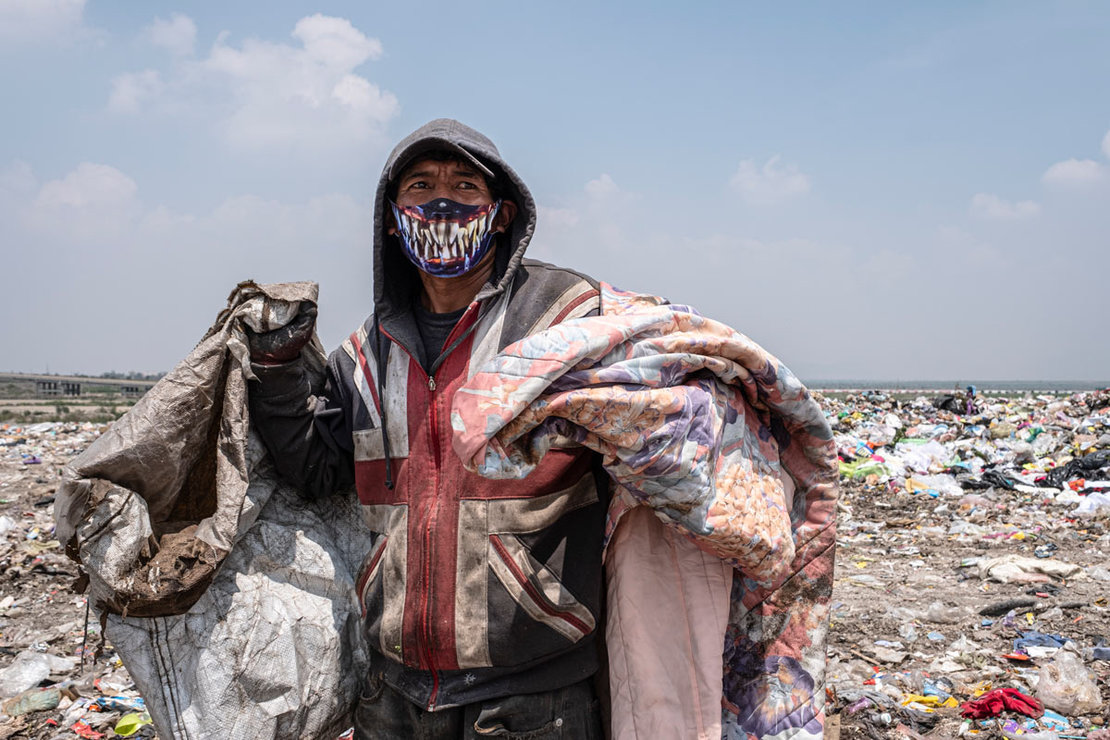 Mexico City: A garbage collector is seen wearing a protective mask as he works at a landfill on the outskirts of the Mexican capital. About 700 garbage collectors work at the landfill from seven in the morning until nine in the evening. Photo: Jacky Muniello/dpa.