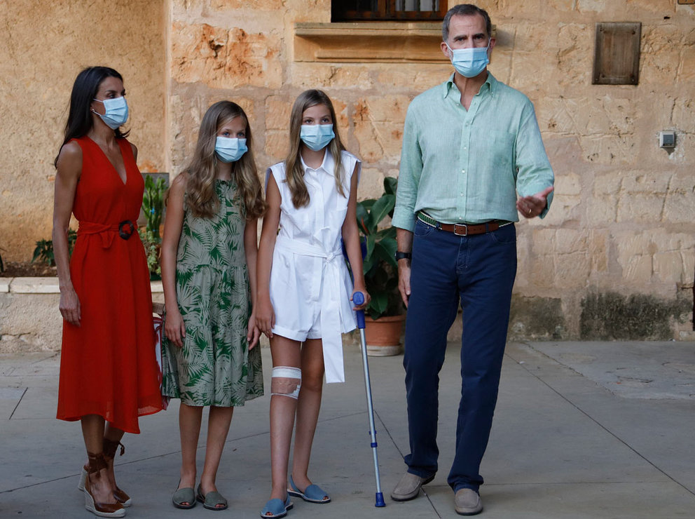 10 August 2020, Spain, Petra: Spanish King Felipe VI (R) and Queen Letizia (L) with their daughters Princess Leonor (2nd L) and Infanta Sofia walk through the streets of Petra's village during the Spanish Royal Family visit to Mallorca. Photo: Clara Margais/dpa.