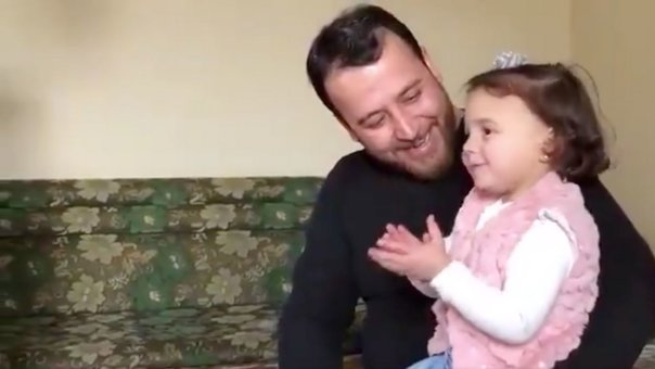 Syrian father invents game so that his daughter does not fear bombings