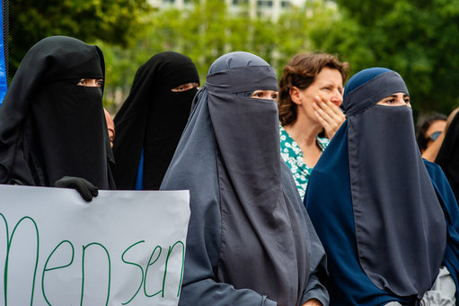 FILED - Women with uncovered faces take part in a protest after The Netherlands approves a limited ban on 'face-covering clothing', this law includes also niqabs and burqas. Photo: Ana Fernandez/SOPA Images via ZUMA Wire/dpa