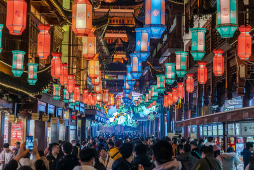 FILED - Tourists and locals walk under traditional Chinese lanterns at the Yuyuan mall during the preparation of the celebration of the Chinese New Year of the rat. Photo: Wang Gang/SIPA Asia via ZUMA Wire/dpa