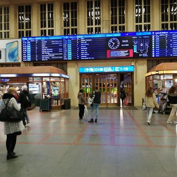 Travelers in the lobby of the Helsinki main train station. Photo: Foreigner.fi.