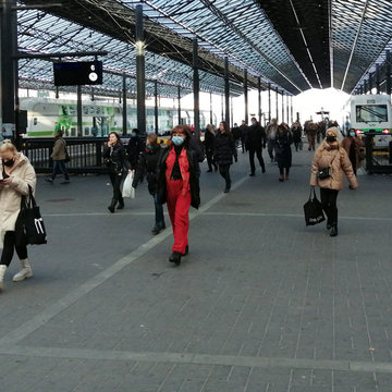 People wearing protective masks in Helsinki central station. Photo: Foreigner.fi.