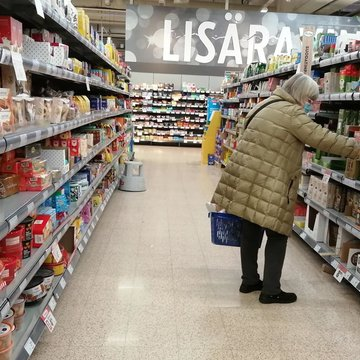 A woman doing shopping in a supermarket. Photo: Foreigner.fi.