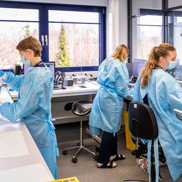 Lab workers managing-coronavirus tests in Helsinki. Photo: HUS/file photo.