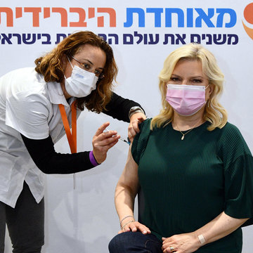 HANDOUT - 14 January 2021, Israel, Jerusalem: Sara Netanyahu, the wife of Israeli Prime Minister Benjamin Netanyahu receives the second dose of the anti-coronavirus vaccine at the Meuhedet HMO facility in the Jerusalem International Convention Center. Photo: Haim Zach/GPO/dpa - ATTENTION: editorial use only and only if the credit mentioned above is referenced in full