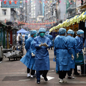 23 January 2021, China, Hong Kong: Medical team work at Temple Street on Yau Tsim Mong district where unprecedented lockdown has been declared early this morning by Hong Kong government in order to carry out compulsory coronavirus (Covid-19) testing in the designated zone. Photo: Liau Chung-Ren/ZUMA Wire/dpa