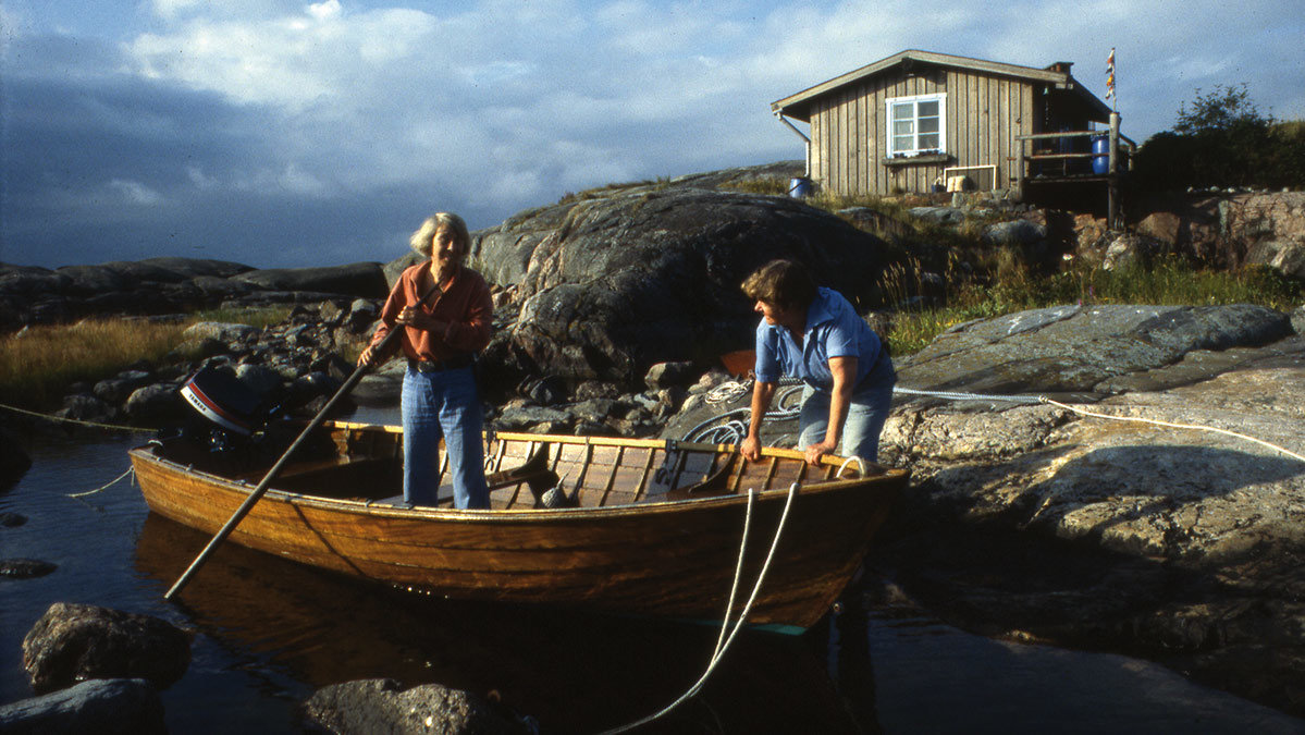 Tove Jansson (in the boat) with her partner Tuulikki Pietilä. Photo: © Moomin Characters™.