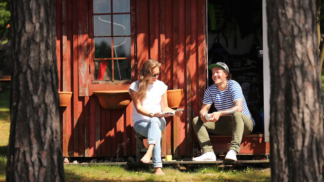 Tourists, in a cottage. Photo: Harri Tarvainen/Visit Finland.