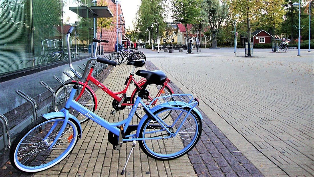 Jopo bikes parked in front of Kerava's library. Photo: Anneli Salo.