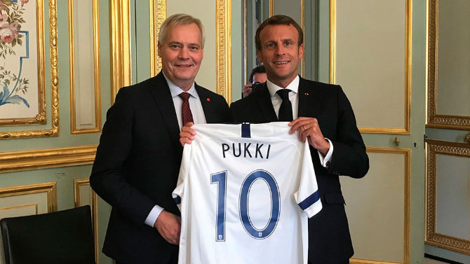 Rinne and Macron with Teemu Pukki's football shirt. Photo: Prime Minister's office.