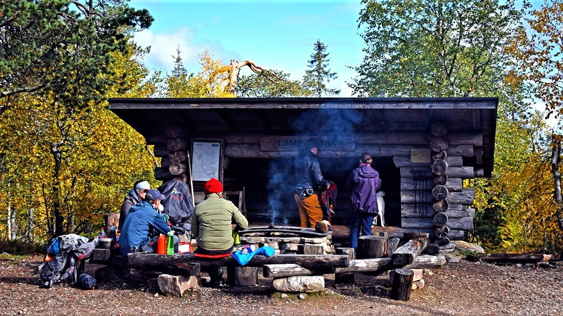 Group of people enjoying sausages in Pyhä-Luosto (Lapland). Photo: Pablo Morilla.