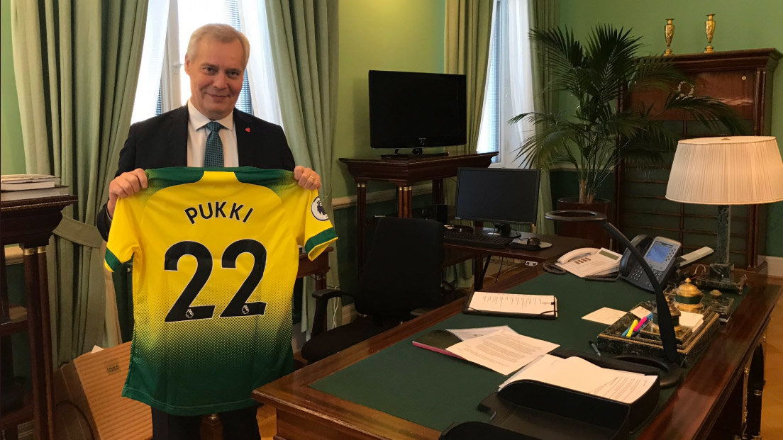 Finnish Prime Minister showing Pukki's t-shirt in his office. Photo: @AnttiRinnepj/Twitter.