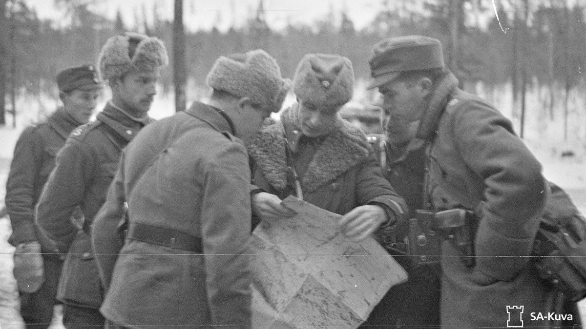 Finnish soldiers reading a map in Suomussalmi on 1 December 1939. Photo source: SA-Kuva.