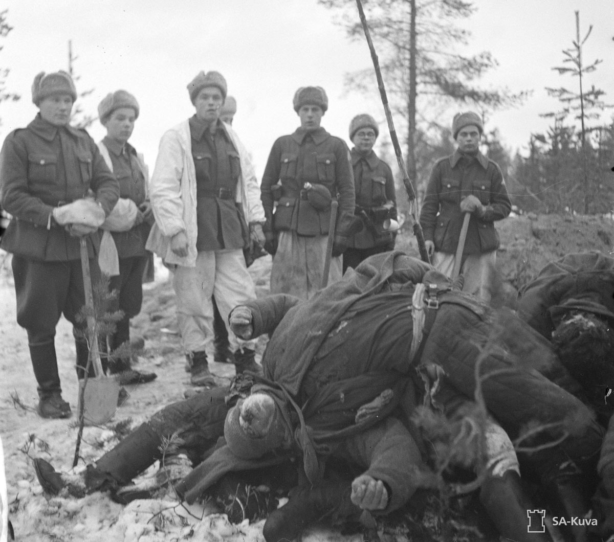 Finns-looking-at-fallen-Soviet-soldiers-in-Suomussalmi-by-SA-Kuva