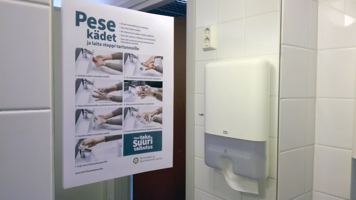 A sign with instructions to wash hands in a public bathroom. Photo: Foreigner.fi