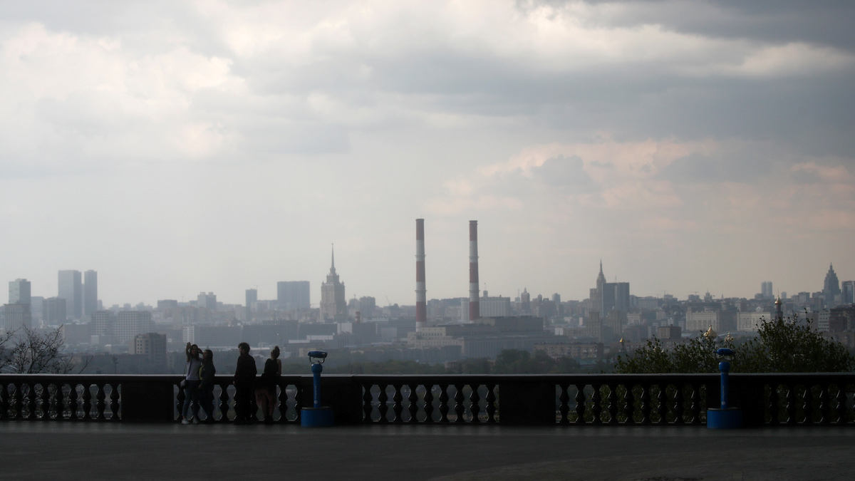 People gather at a sightseeing point amid the coronavirus outbreak in Moscow, Russia. Photo: Maxim Shemetov/Reuters.