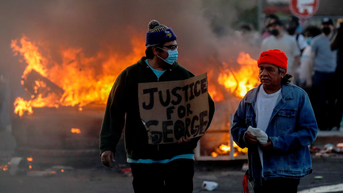 Man-face-mask-fire-riot-minneapolis-by-Reuters