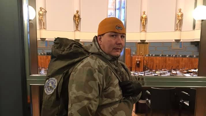 Juha Mäenpää, in military clothing, at the entrance to Parliament. Photo: Facebook.