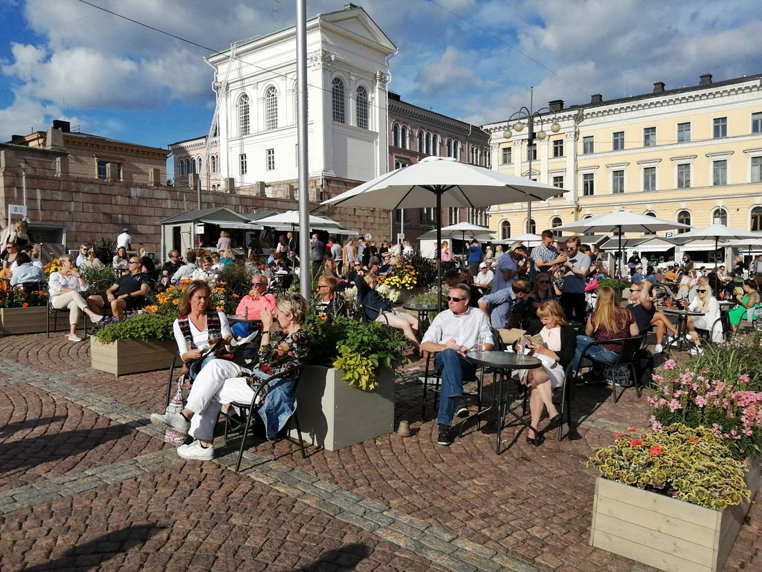 Residents and tourists, enjoying the terraces and the sun on Saturday 1 August in Helsinki. Photo: Foreigner.fi.
