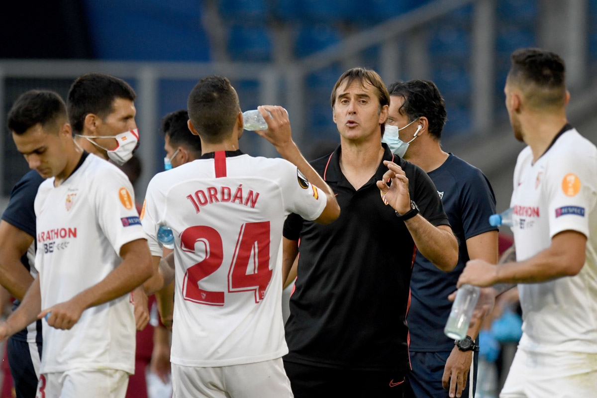 Sevilla coach Julen Lopetegui (C) speaks with his players during the match against AS Roma. Photo: Bernd Thissen/dpa.