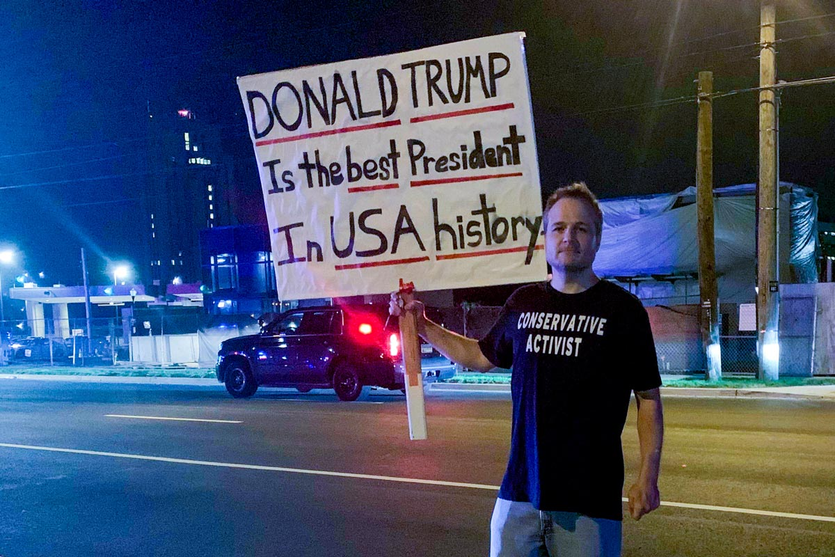 A supporter of US President Donald Trump holds a placards outside the hospital where he was treated. Photo: Can Merey/dpa.