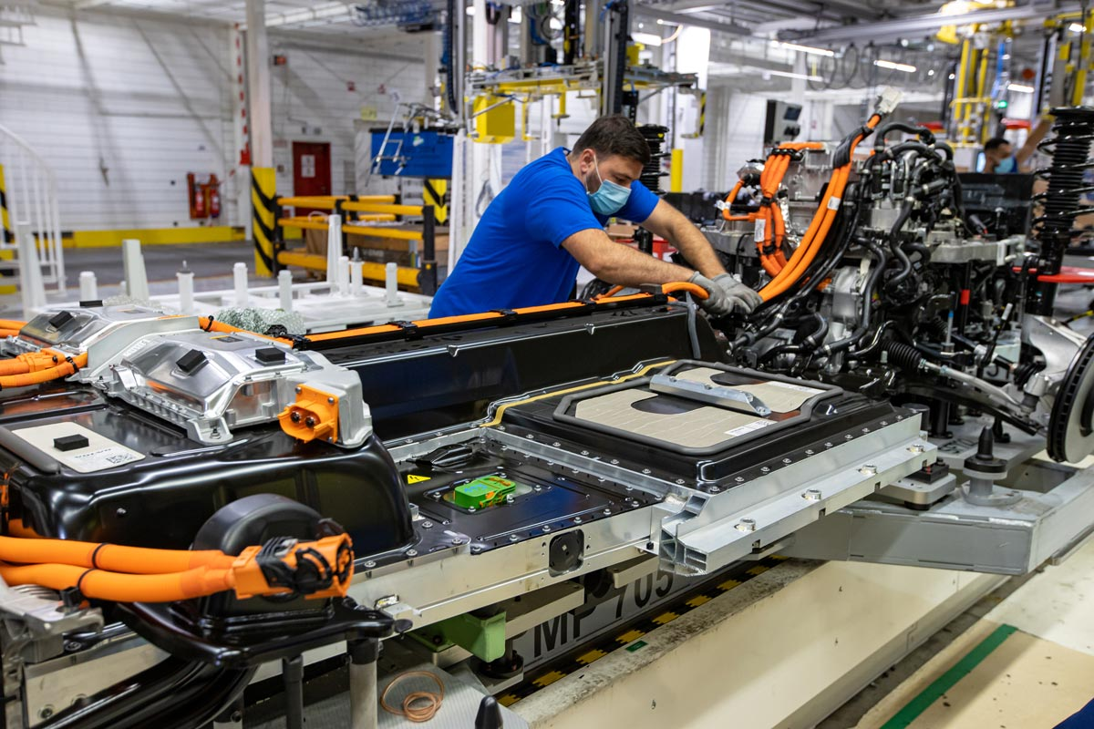 An employee works on the first Volvo full-electric car at the Volvo Car plant in Gent (Belgium). Photo: Kurt Desplenter/dpa/file photo.