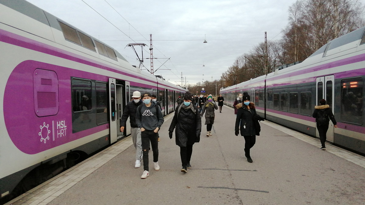 Commuters with face masks getting off a train upon arrival in Helsinki. Photo: Foreigner.fi.