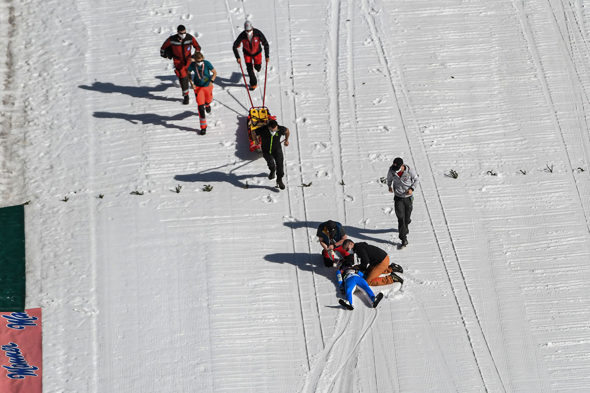 25 March 2021, Slovenia, Planica: Medical teams rush towards Norway's Daniel Andre Tande after he crashed during the men's flying hill event at the FIS Ski Jumping World Cup in Planica. Photo: Milos Vujinovic/SOPA Images via ZUMA Wire/dpa