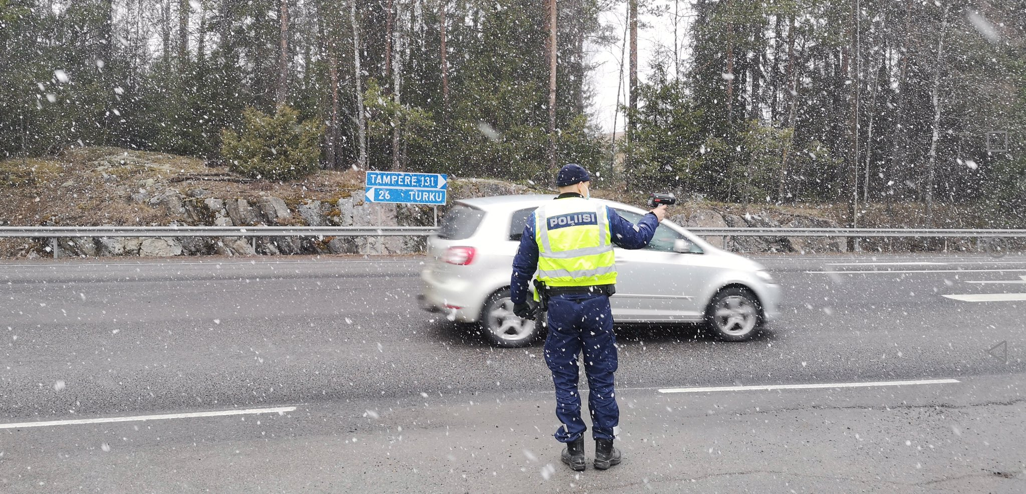 A police officer performing speed control duties on a Finnish highway. Photo: Twitter/@L_S_poliisi.
